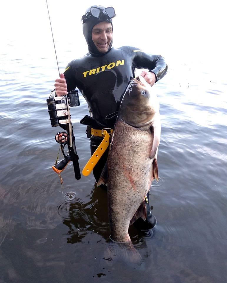 Лобатый-трофей:-в-Днепре-подводный-охотник-вытащил-огромного-толстолоба-(Фото)