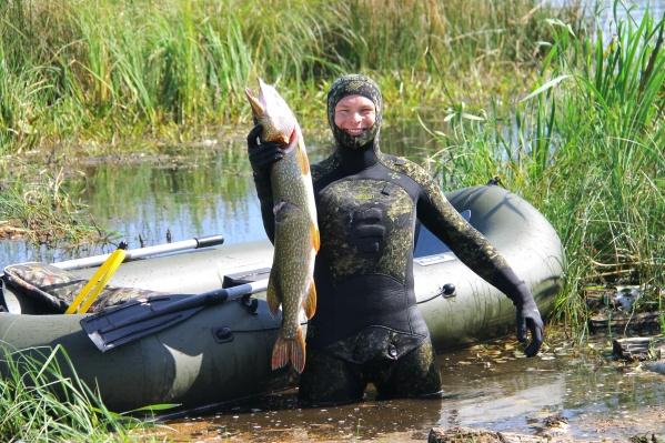 Водяной-с-гарпуном:-омич-проводит-несколько-часов-под-водой,-чтобы-подстрелить-рыбу